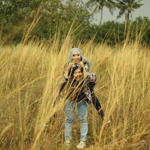 Because we always carry each other... #clozetteid #godiscover #foreverfriendship #hijabcontest #hijabchallenge #cotw #ootdhijabers #diaryhijaber #ciphophotography Fg by @trionoputra_